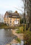 Neman, región de Kaliningrado, la casa en la orilla del río Imagenes de archivo