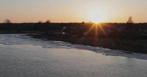 Nemen de dooi vroege lente en de stroom van de rivier ijs en sneeuw stock footage