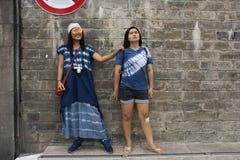 Nemen de reizigers Thaise vrouwen die en bevinden stellen zich voor foto met de brug van Guangji of Xiangzi-kruisend Han-rivier i stock foto