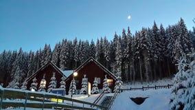 Nemen snow-capped bergen van het avondverhaal, de verhevenheid van de Oekraïense Karpaten en Bukovel op Kerstmisdag zijn toevluch stock afbeeldingen