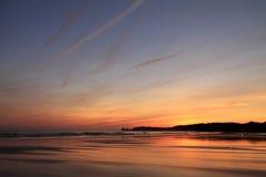 Nemend foto's van toneelmening vlak vóór zonsopgang van silhouet deux jumeaux in kleurrijke de zomerhemel op een zandig strand Stock Foto's