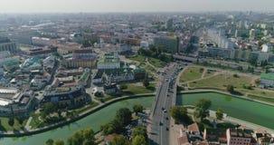 Nemiga ulica w Minsk miasta Białoruś panoramie centrum pejzażu miejskiego mieszkaniowi biznesowi budynki, stary miasteczko i kośc zdjęcie wideo