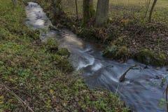 Nemilka-Nebenfluss nahe Zabreh-Stadt am Herbstabend Lizenzfreies Stockfoto