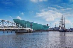 Nemo Museum och bron i Amsterdam Royaltyfri Fotografi