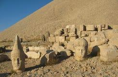 Nemrut Dagı Milli Parki, der Nemrut mit alten Statuen geht og die König anf Götter voran Stockbild