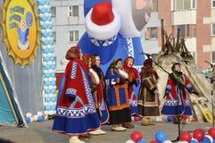 Nenets妇女唱北部文化的歌曲 免版税库存照片