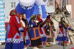 Nenets妇女唱北部的歌曲 图库摄影