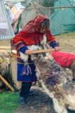 Nenets-Frau verarbeitet cervine Haut Stockfotos