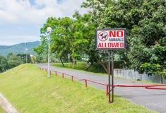 nenhum animal de estimação permitido assina dentro o parque Fotos de Stock Royalty Free