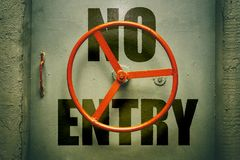 Nenhum aviso enrty na porta metálica fechado fotografia de stock royalty free