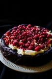 Nenhum bolo de chocolate da farinha com creme e bagas Foto de Stock Royalty Free