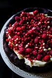Nenhum bolo de chocolate da farinha com creme e bagas Fotos de Stock Royalty Free