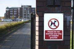 Nenhum cão permitido na propriedade do hospital aterra o sinal imagens de stock royalty free