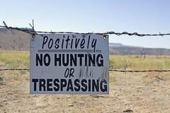 Nenhum caça ou sinal infrinjindo no arame farpado Imagens de Stock Royalty Free