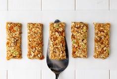 Nenhum coza barras de granola da energia na tabela de madeira branca fotografia de stock