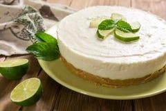 Nenhum-coza o bolo de queijo com cal, mascarpone, chantiliy e hortelã foto de stock