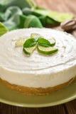 Nenhum-coza o bolo de queijo com cal, mascarpone, chantiliy e hortelã fotografia de stock royalty free