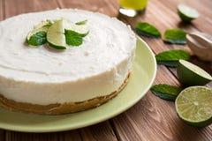 Nenhum-coza o bolo de queijo com cal, mascarpone, chantiliy e hortelã imagem de stock royalty free