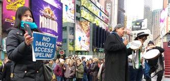 Nenhum encanamento do acesso de Dakota, multidões observa protestadores no Times Square, New York City, NYC, NY, EUA imagem de stock royalty free