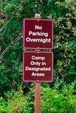 Nenhum estacionamento durante a noite, acampamento em áreas designadas assina foto de stock