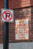 Nenhum estacionamento novo e velho Fotografia de Stock
