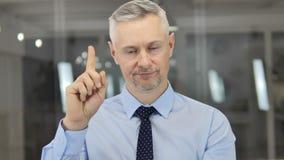 Nenhum, Grey Hair Businessman Rejecting e oferta não gostar video estoque