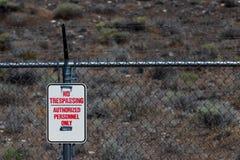Nenhum infrinjir autorizou o sinal dos pessoais em uma cerca do arame farpado do elo de corrente Fotografia de Stock Royalty Free