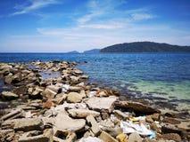 Nenhum pl?stico, lixo foi lavado acima na costa de mar da praia durante a mar? baixa imagens de stock