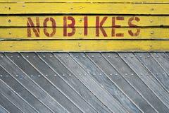 Nenhum sinal da bicicleta em um fundo de madeira Imagem de Stock