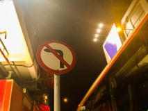 Nenhum sinal da estrada da curva à esquerda Foto de Stock