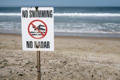 Nenhum sinal da natação na praia imagem de stock royalty free