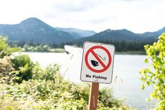 Nenhum sinal da pesca afixado pelo rio fotos de stock