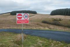 Nenhum sinal de estrada da entrada que conduz no ministério da terra da defesa Imagens de Stock Royalty Free