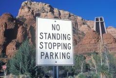 Nenhum sinal de parada ereto do estacionamento Imagens de Stock