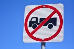 Nenhum sinal de tráfego dos veículos pesados Imagem de Stock