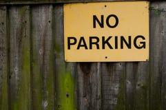 Nenhum sinal do estacionamento na cerca de madeira Fotografia de Stock