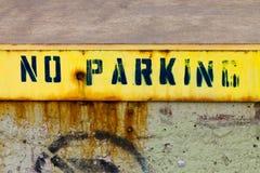 Nenhum sinal do estacionamento pintado na parede suja fotografia de stock royalty free