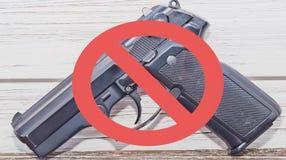 Nenhum sinal dos revólveres de uma pistola preta com uma linha vermelha através dela Imagem de Stock