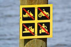 Nenhum sinal fora de estrada do veículo afixado perto da água imagem de stock royalty free