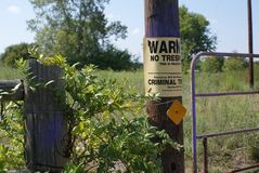 Nenhum sinal infrinjindo afixado em uma porta do pasto em Texas do leste foto de stock royalty free