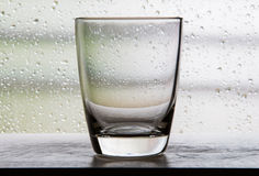Nenhuma água em uma caneca de vidro com cenas do filme com glas da condensação Foto de Stock