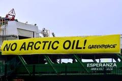 Nenhuma bandeira ártica do óleo no navio Esperanza de Greenpeace foto de stock royalty free