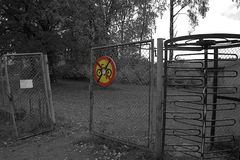 Nenhuma bicicleta permitida assina dentro a cor com preto e branco ao redor Fotografia de Stock
