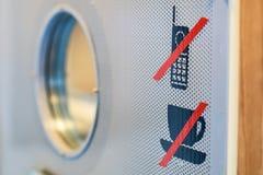 Nenhuma copo de café ou bebida e proibição do telefone celular assinam na porta do auditório fotografia de stock royalty free