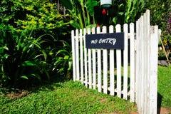 Nenhuma entrada assina dentro o jardim Fotos de Stock Royalty Free