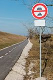 Nenhuma entrada para veículos motorizados - construiu recentemente a maneira das bicicletas imagem de stock