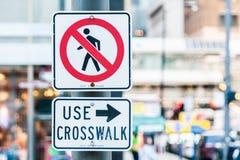 Nenhuma faixa de travessia do uso dos pedestres imagens de stock royalty free
