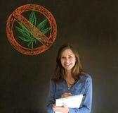 Nenhuma mulher da marijuana da erva daninha no fundo do quadro-negro foto de stock