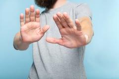 Nenhuma palma das mãos do homem da recusa da rejeção empurra afastado fotos de stock