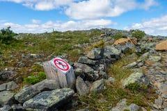 Nenhuma parte externa de passeio marcada arrasta o sinal Fotografia de Stock Royalty Free